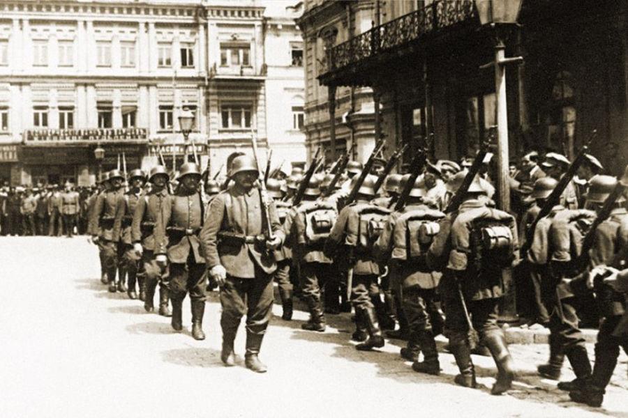 Смена немецкого караула у здания думы на Думской площади в Киеве, 1918 год ©Издательство ВАРТО