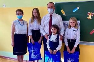 Алексей Богодистов со школьниками ©Изображение пресс-службы администрации Геленджика