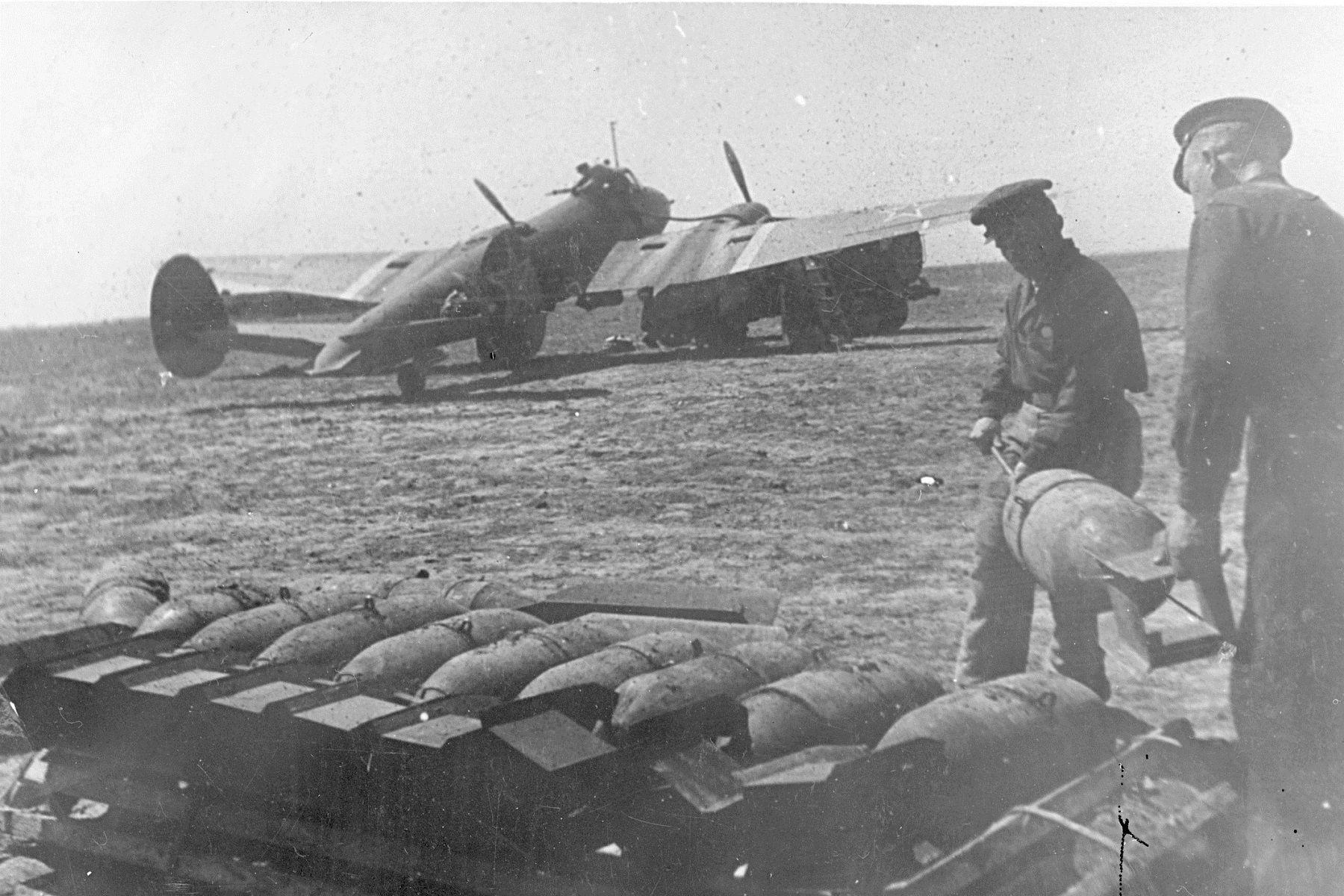 Подготовка бомбардировщика Пе-2 в вылету на аэродроме Черноморского флота, 1943 год ©Фото с сайта http://waralbum.ru