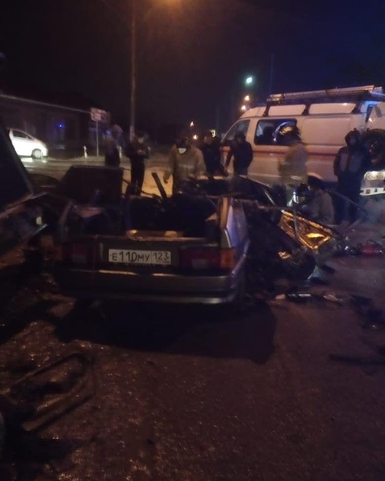 В Анапе в лобовом ДТП погиб мужчина, еще четыре человека пострадали