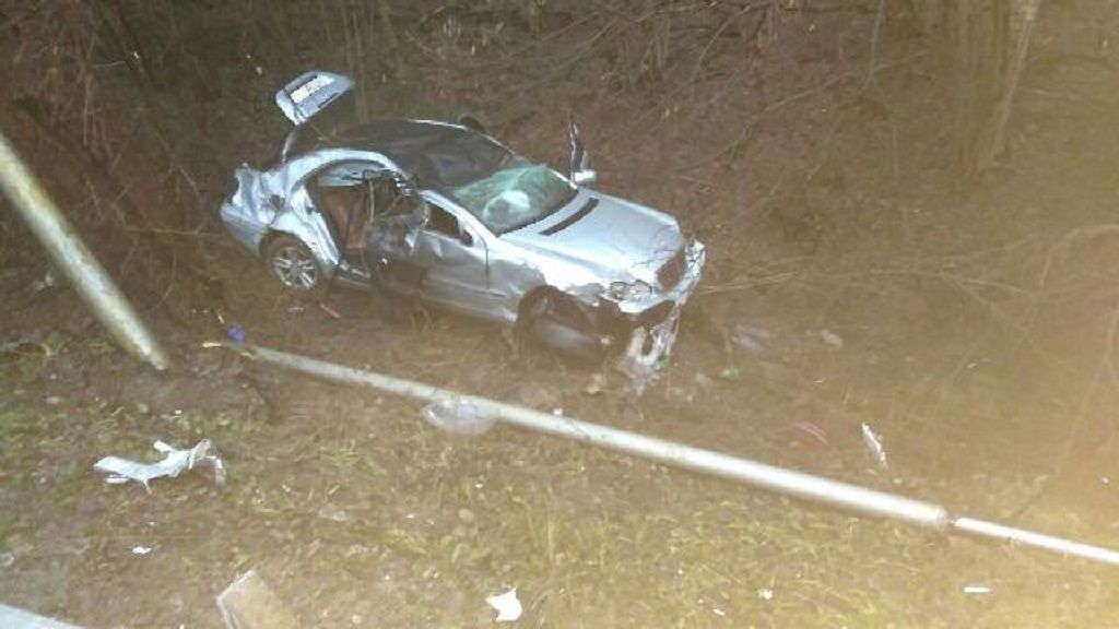 Mercedes перелетел через ограждение иперевернулся вкювете под Горячим Ключом