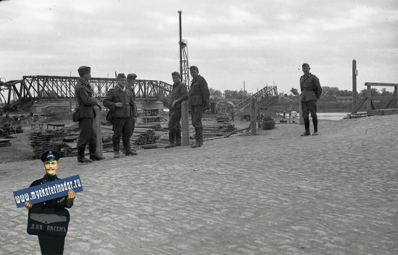 Немецкие солдаты у старого Яблоновского моста, осень 1942 года ©Фото с сайта myekaterinodar.ru