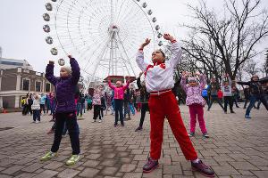 Бесплатные утренние зарядки в парках Краснодара ©Елена Синеок, ЮГА.ру