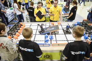 Момент робототехнических соревнований в дисциплине Vex ©Фото пресс-службы Фонда «Вольное дело»