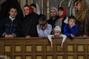 Прихожане во время пасхальной служба в Екатерининском кафедральном соборе. Краснодар, 16 апреля ©Фото Юга.ру