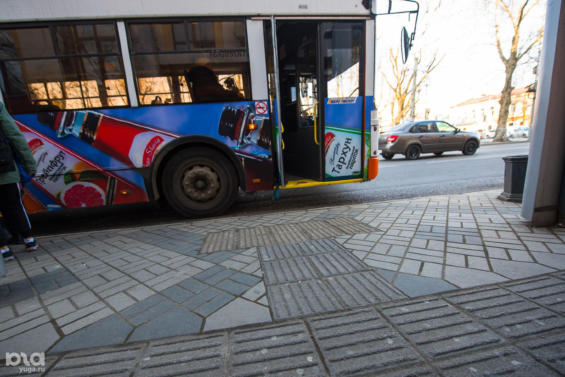 Тактильная плитка на остановке на ул. Мира ©Фото Елены Синеок, Юга.ру