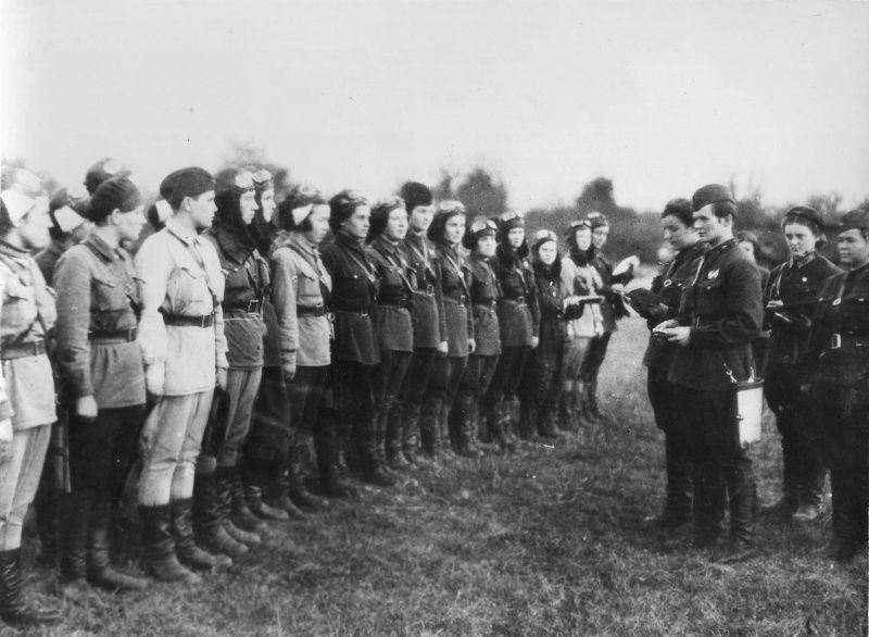 Евдокия Бершанская ставит боевую задачу летчицам авиаполка