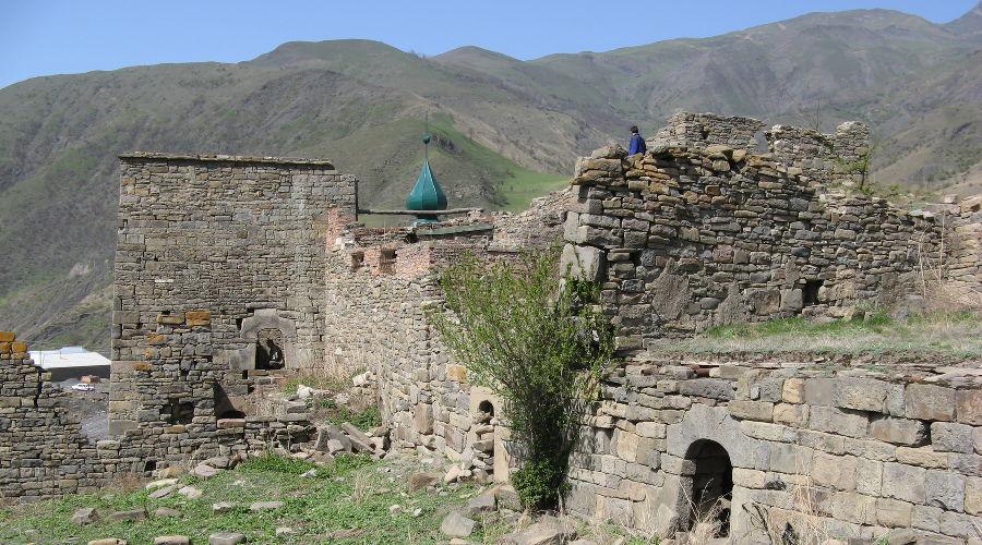 Крепость рядом с селом Итум-Кали ©Фото Noxchiy с сайта wikimedia.org