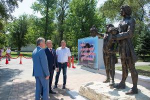 Президент Молдовы (посередине) открывает памятник ©Фото предоставлено организаторами