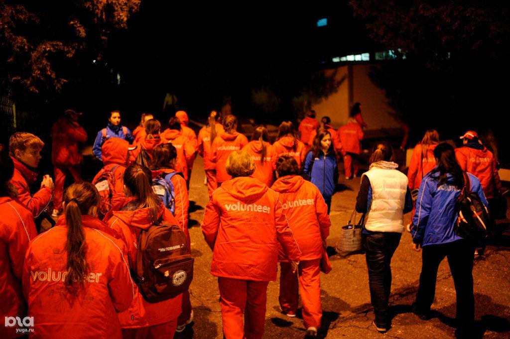 Волонтеры выходят из автобуса и идут в столовую. ©Михаил Мордасов, ЮГА.ру