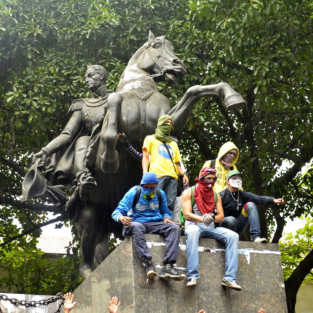 Протестующие на памятнике Симону Боливару. Каракас, Венесуэла, май 2014 года ©Фото с сайта commons.wikimedia.org