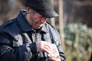 Акция помощи бездомным на Всесвятском кладбище Краснодара ©Елена Синеок, Юга.ру