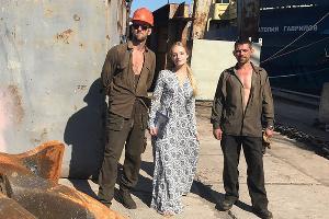 Елизавета Пескова с рабочими судоремонтного завода «Южный» ©Фото из аккаунта Елизаветы Песковой в Instagram, instagram.com/stpellegrino