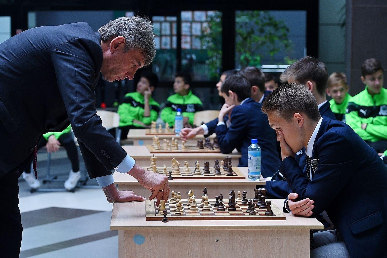 Сергей Галицкий провел сеанс одновременной игры в шахматы с воспитанниками Академии ФК «Краснодар» ©Фото с сайта fckrasnodar.ru