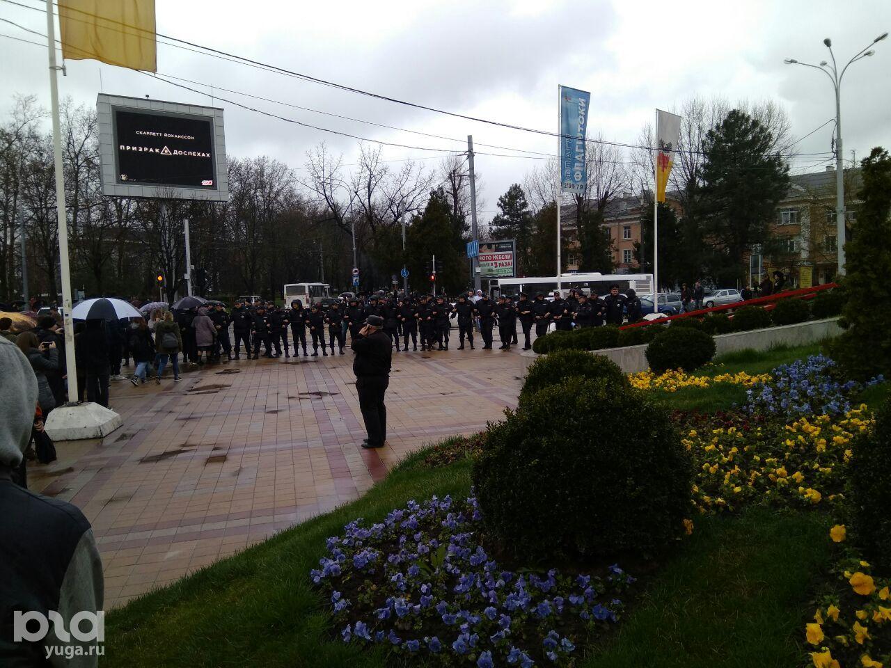 Полицейские выстроились в ряд на ул. Гаврилова ©Фото Юга.ру