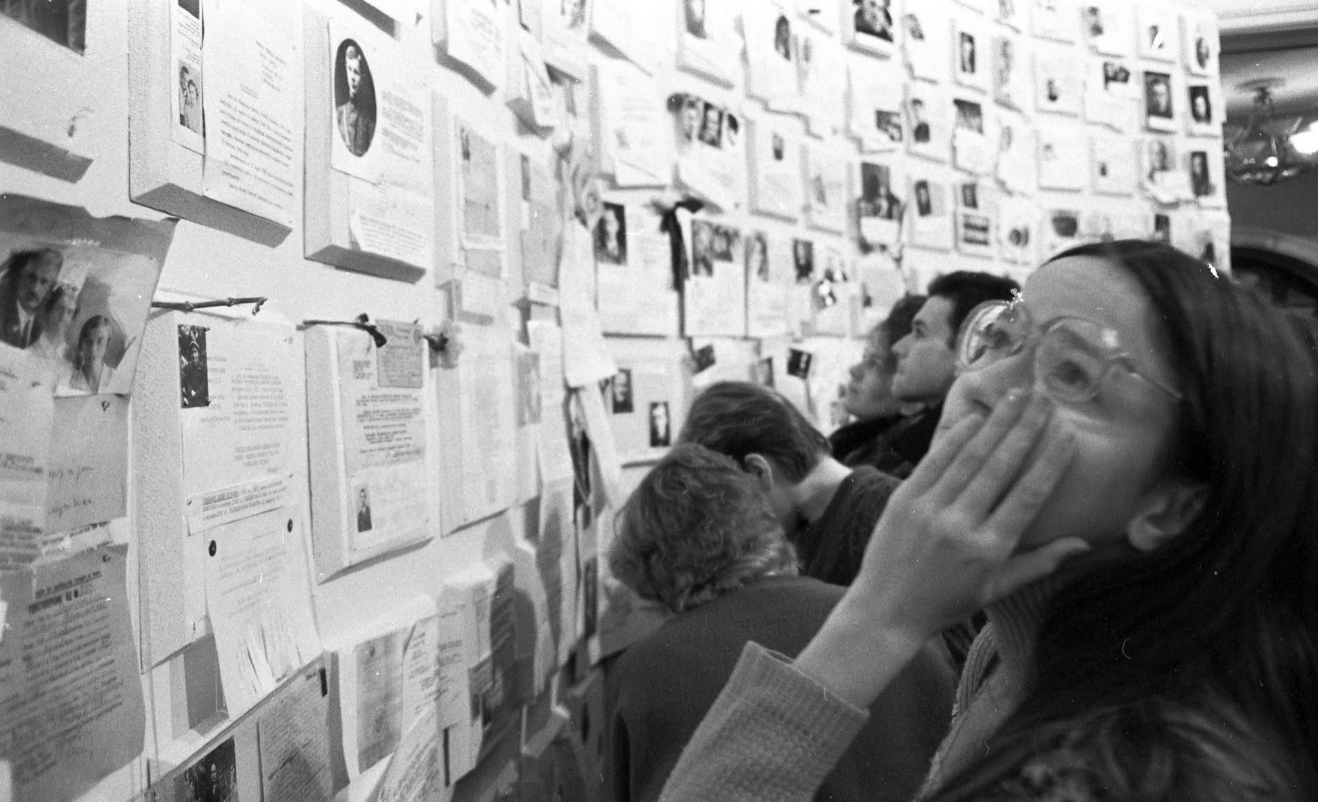 Посетители выставки «Неделя совести» изучают архивные документы жертв ГУЛАГа, 1988 год ©Фото Дмитрия Борко, wikimedia.org (CC BY-SA 4.0)