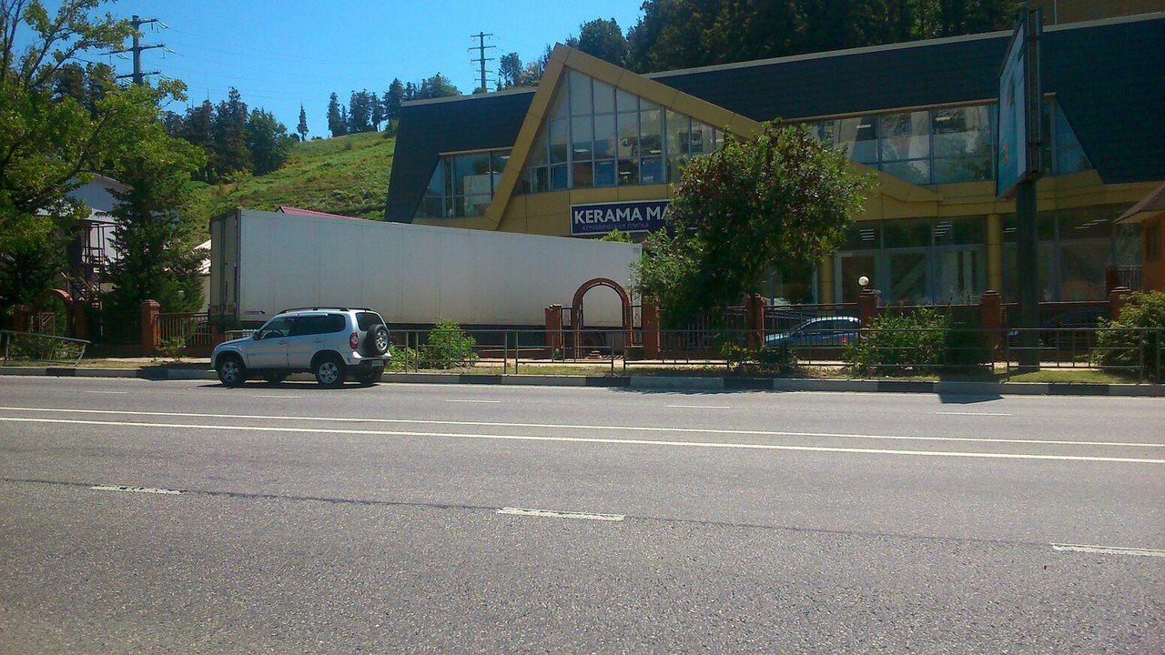 ВДагомысе грузовой автомобиль врезался взабор