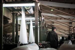 Осужденный работает в цехе по производству полиэтиленовых мешков ©Елена Синеок, ЮГА.ру