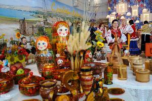 На этаже располагается буфет с кубанским колоритом и улыбчивыми дамами в соответствующих нарядах ©Елена Синеок, ЮГА.ру