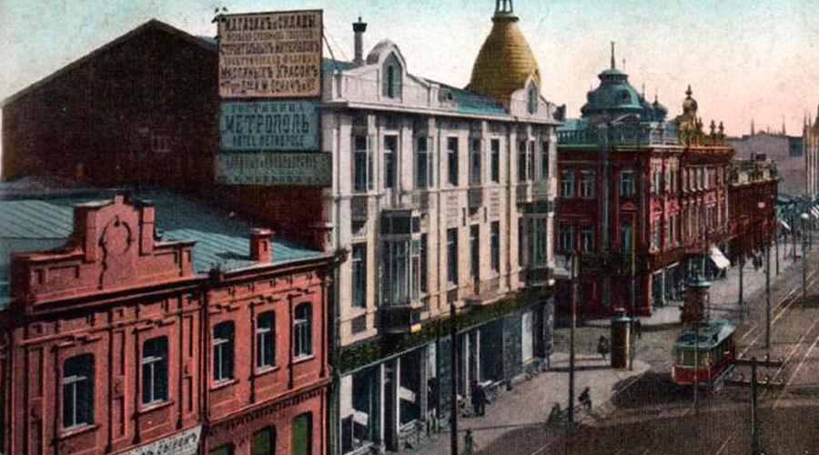 """Гостиница """"Метрополь"""" (белое здание) ©Фото Юга.ру"""