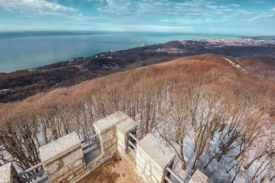 Вид со смотровой площадки на горе Ахун ©Фото Юлии Никоновой, instagram.com/_mrs.nikonova