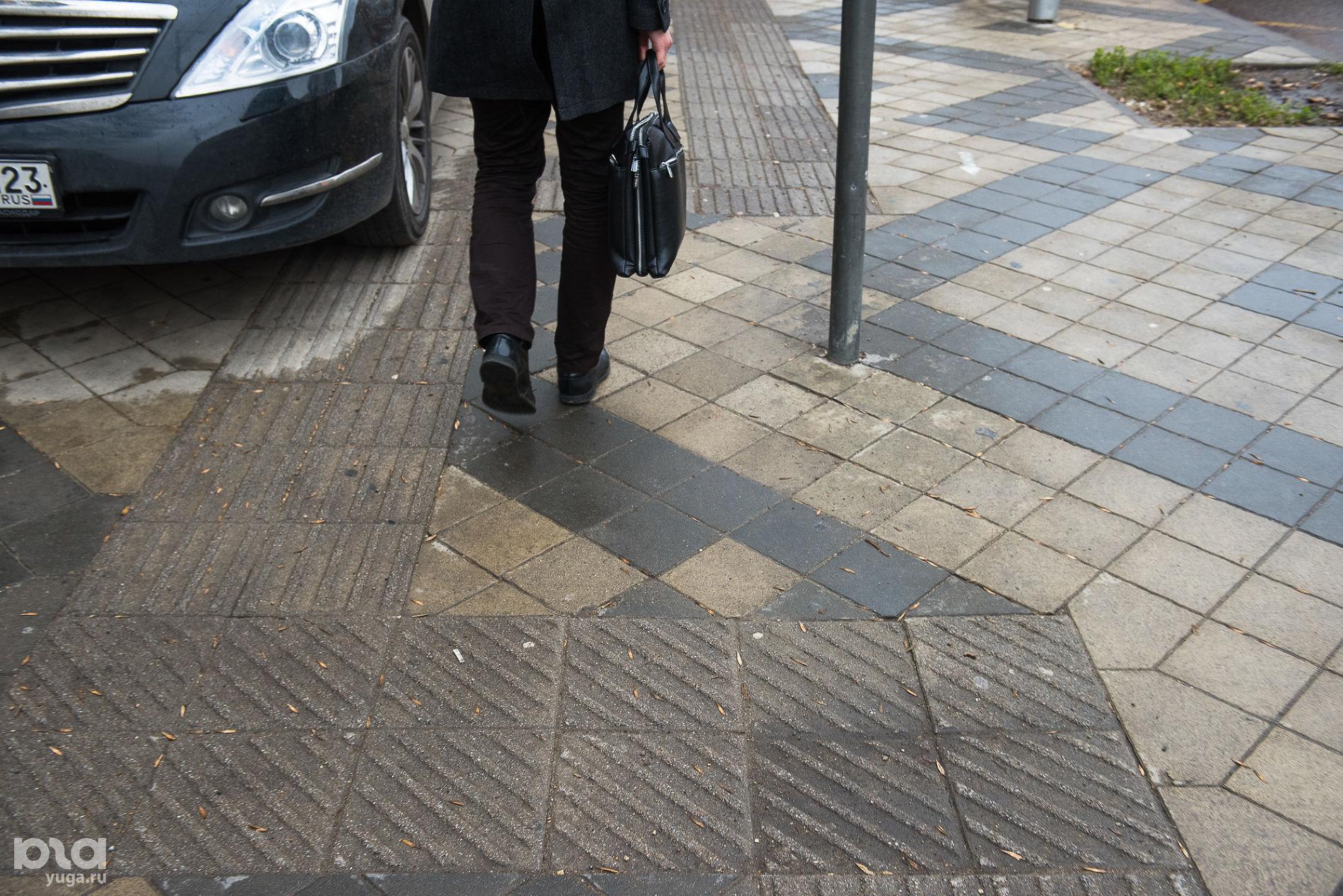 Направляющая плитка и плитка, обозначающая поворот маршрута ©Фото Елены Синеок, Юга.ру