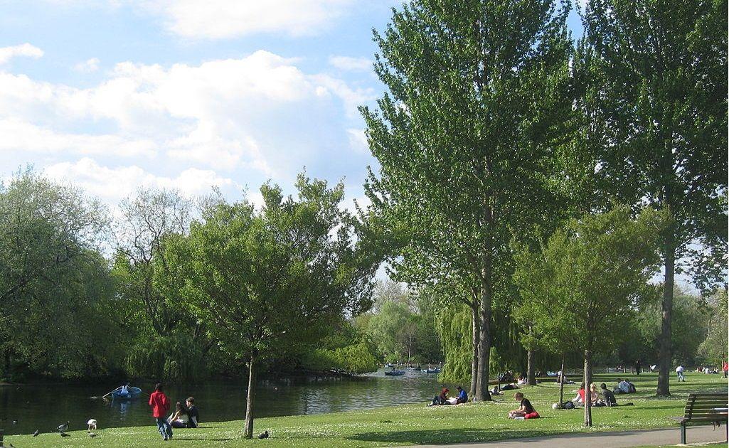 Риджентс-парк — один из главных королевских парков Лондона, раскинувшийся на площади в 188 га. В старину относился к охотничьим угодьям короля. Был открыт для всех желающих в 1838 году ©Фото с сайта commons.wikimedia.org