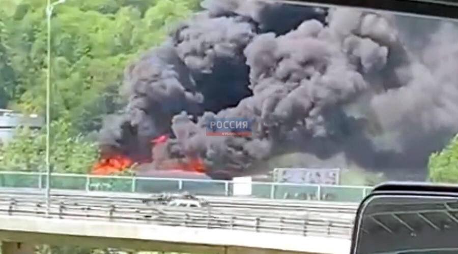 Стоп-кадр видео пожара на улице Пластунской в Сочи 6 мая ©телеграм-канал «Россия. Кубань. Новости», @russiakuban