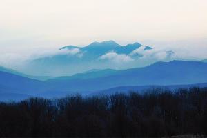 Гора Папай в тумане. Вид с хребта Коцехур ©Фото Сергея Уокера, wikipedia.org