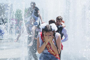 Купание выпускников в фонтане  ©Михаил Ступин, ЮГА.ру
