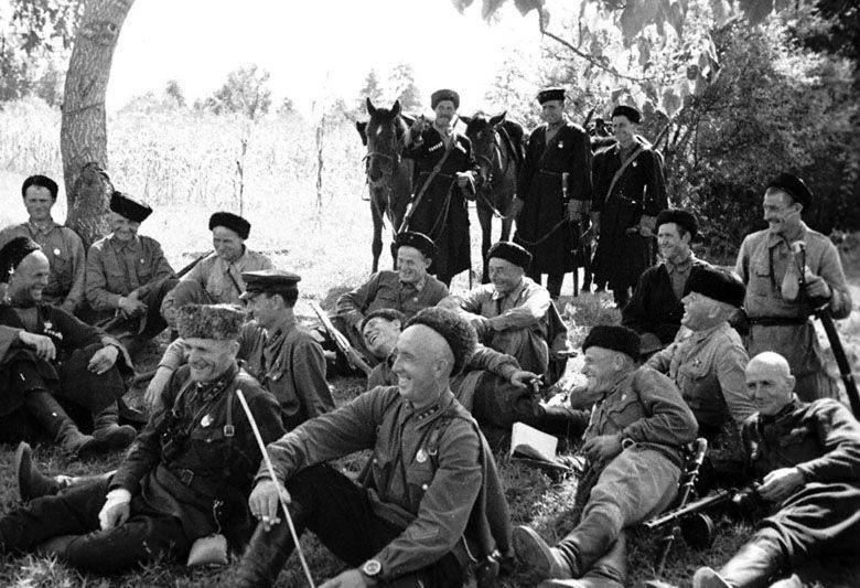 Конники казачьего кавалерийского корпуса на привале, 1942 год ©Фото с сайта waralbum.ru