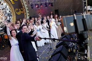 Глава Кубани Вениамин Кондратьев фотографируется с участниками традиционного Губернаторского бала. Краснодар, 23 июня ©Фото Юга.ру