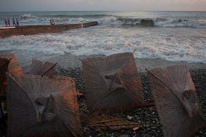 Отжимный ветер — ветер, уносящий суда и правсредства от берега в море. Его порывы опасны тем, что могут быстро отнести человека далеко от суши.