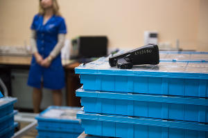 Процесс приема денежных средств от инкасаторов ©Фото Елены Синеок, Юга.ру