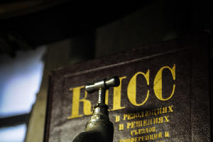 В мастерской Михаила Смаглюка ©Елена Синеок, ЮГА.ру