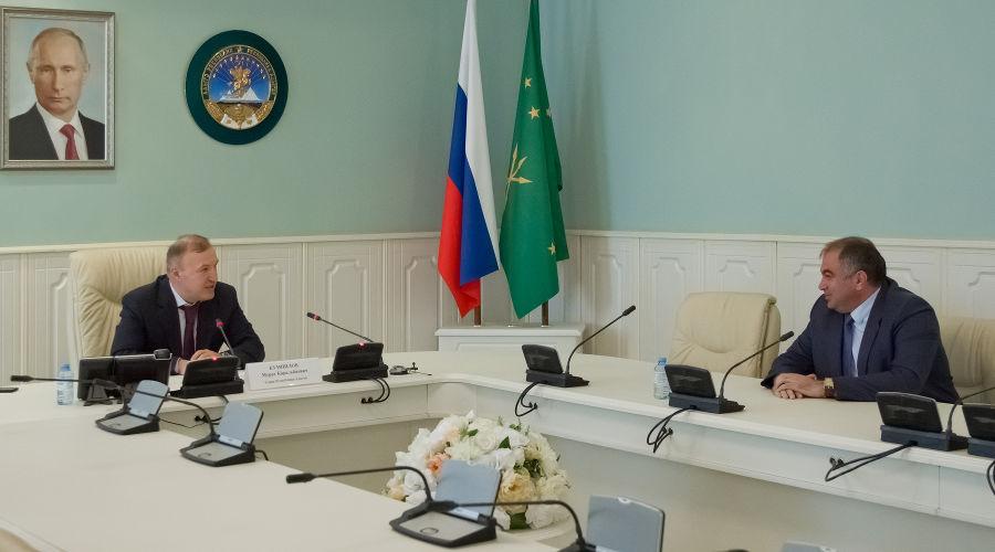 Глава Адыгеи Мурат Кумпилов и председатель Адвокатской палаты Адыгеи Алий Мамий ©Фото пресс-службы главы Республики Адыгея