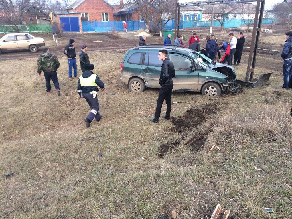 ВЩербиновском районе вперевернувшемся авто пострадали трое, втом числе ребенок
