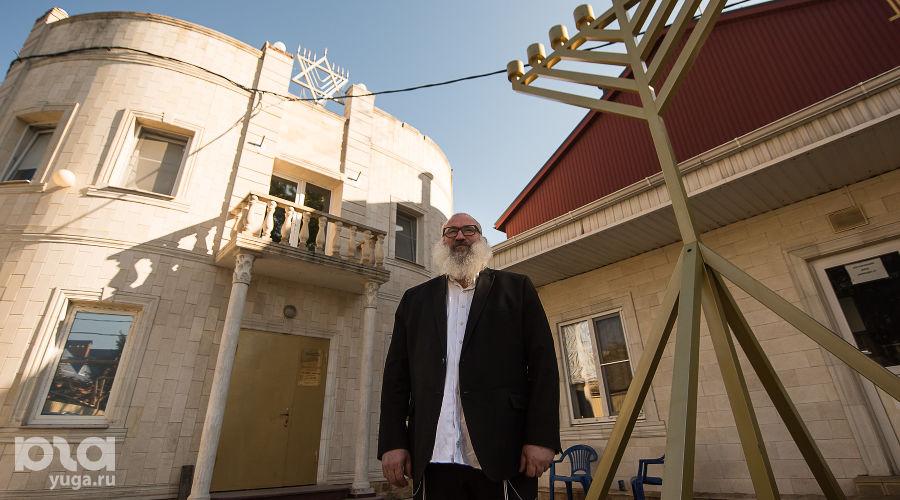 Юрий Ткач во дворе синагоги на улице Кузнечной ©Фото Елены Синеок, Юга.ру