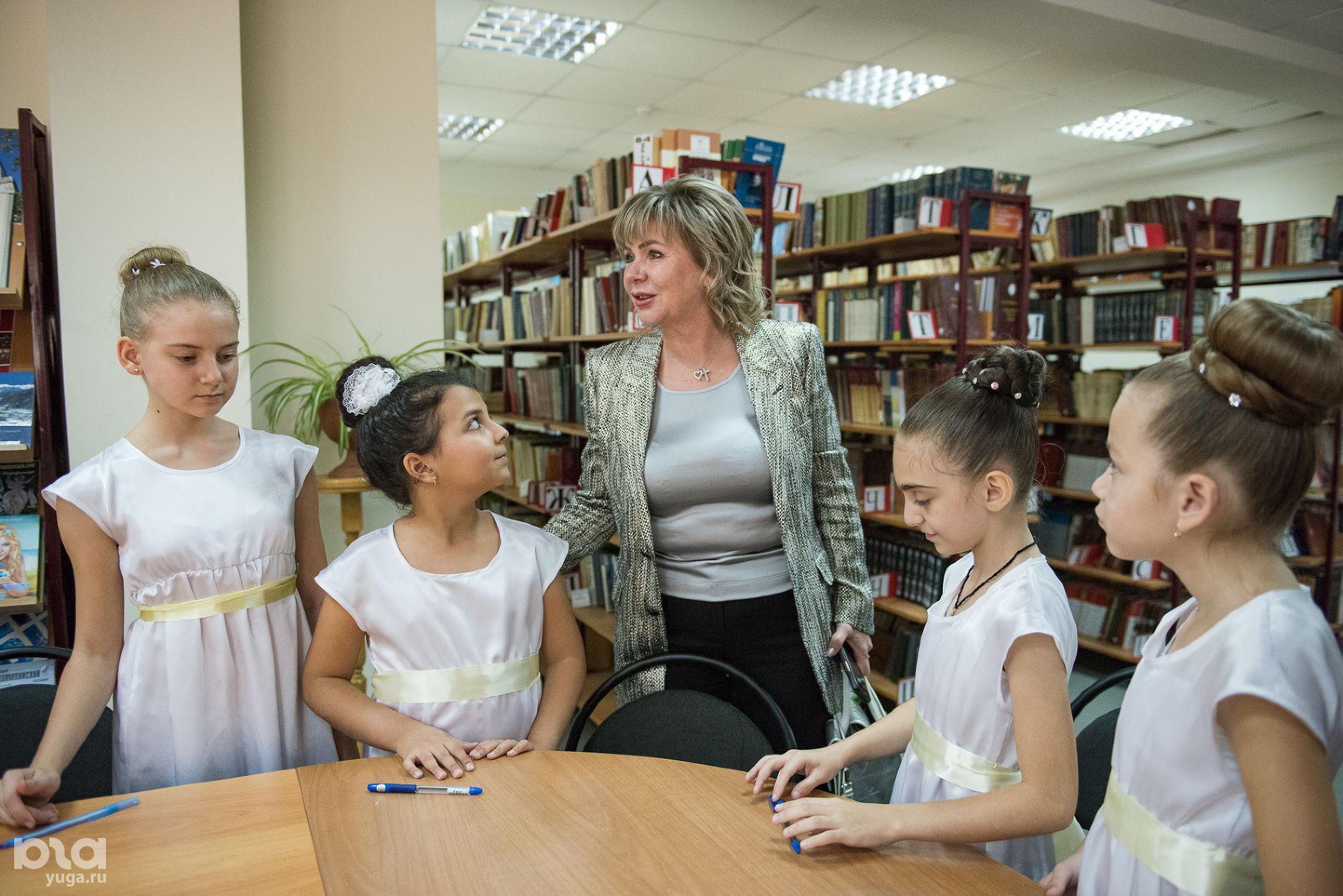 Елена Пахомова (в центре) со школьницами ©Фото Екатерины Лызловой, Юга.ру