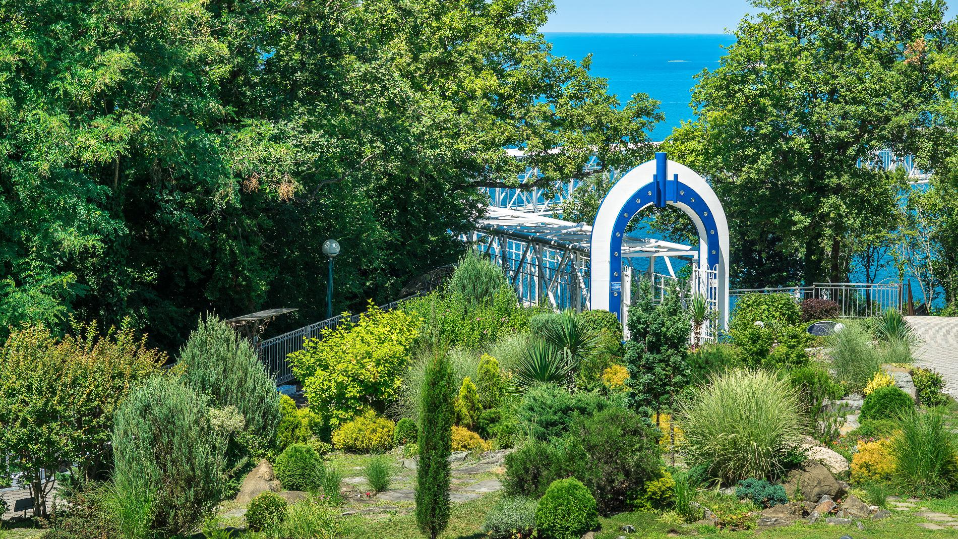 Из окон номеров «Прометея» открывается вид на морскую бухту, тенистые аллеи и ухоженные цветники парковой территории комплекса, где гуляют павлины и живут еноты