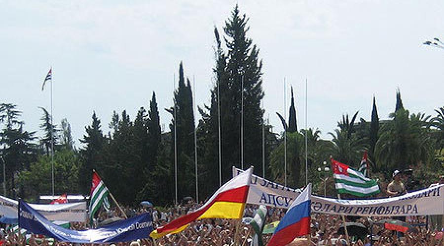 Всенародный сход в Сухуме в связи с принятием обращения к России и зарубежным странам о признании независимости Абхазии ©Фото Юга.ру