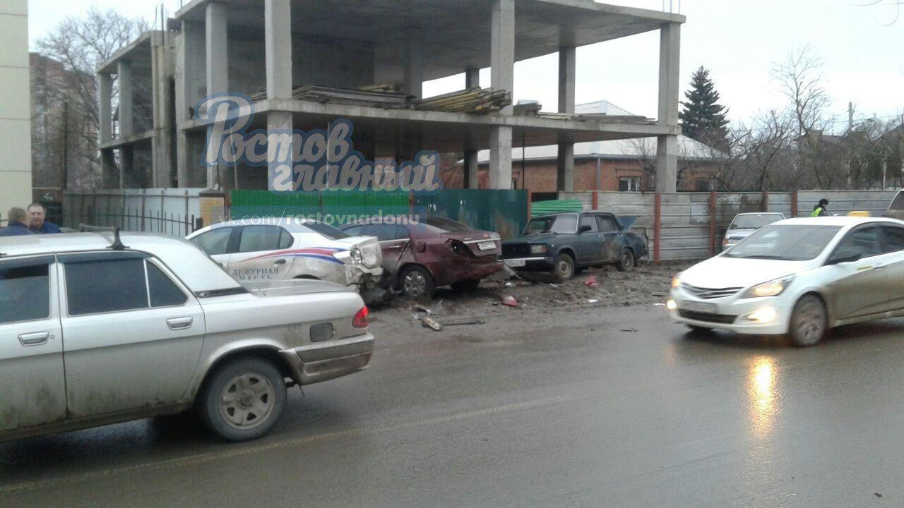 ВРостове после столкновения с«Мерседесом» «Лексус» отбросило насемь авто
