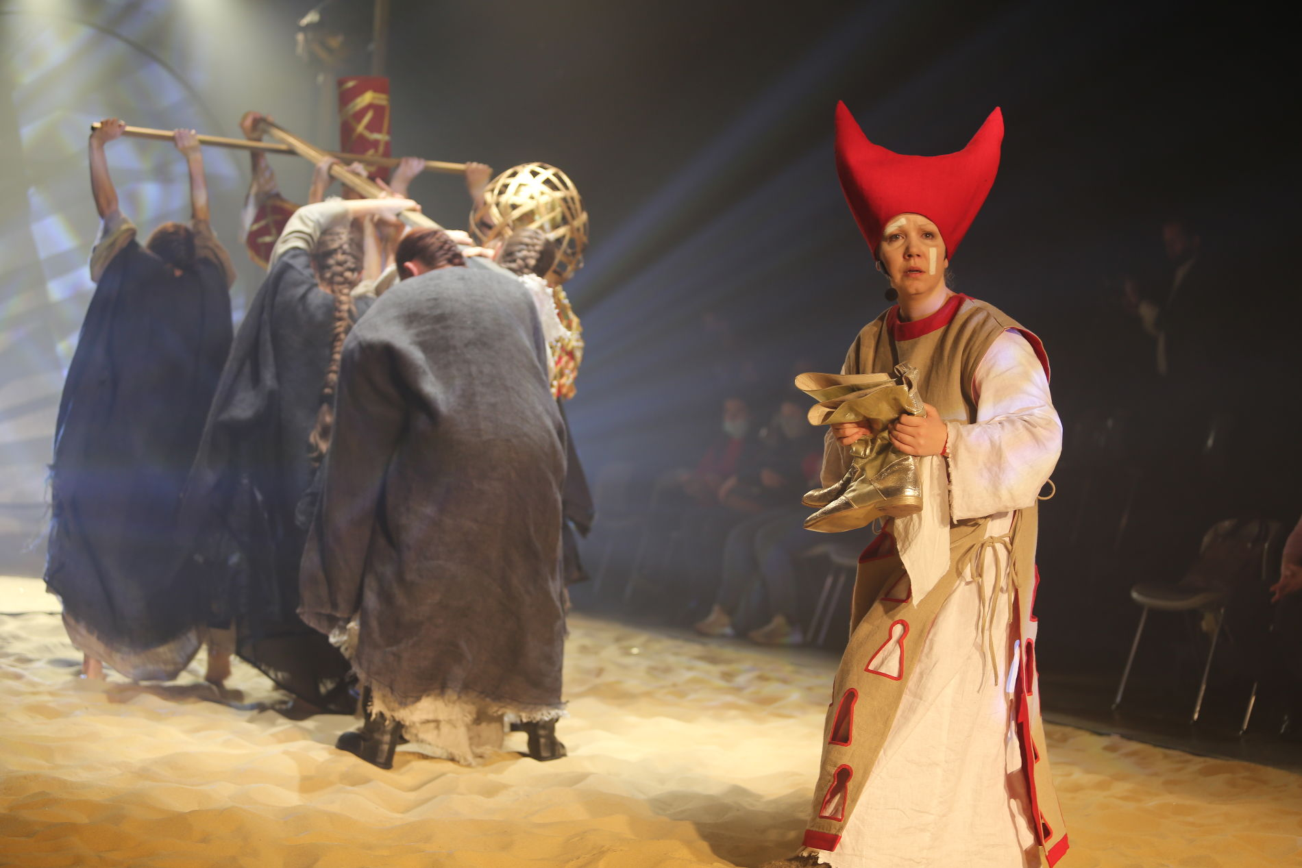 Кадр из спектакля «Золотой петушок» ©Фотография предоставлена Краснодарским молодежным театром