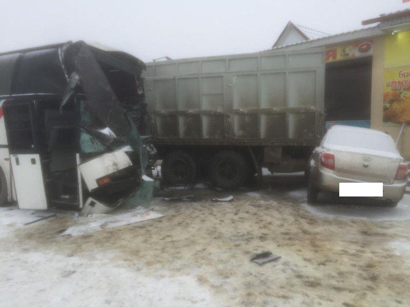 ВСтаврополе в трагедии сошлись два «КамАЗа», автобус и«Лада», есть пострадавшие