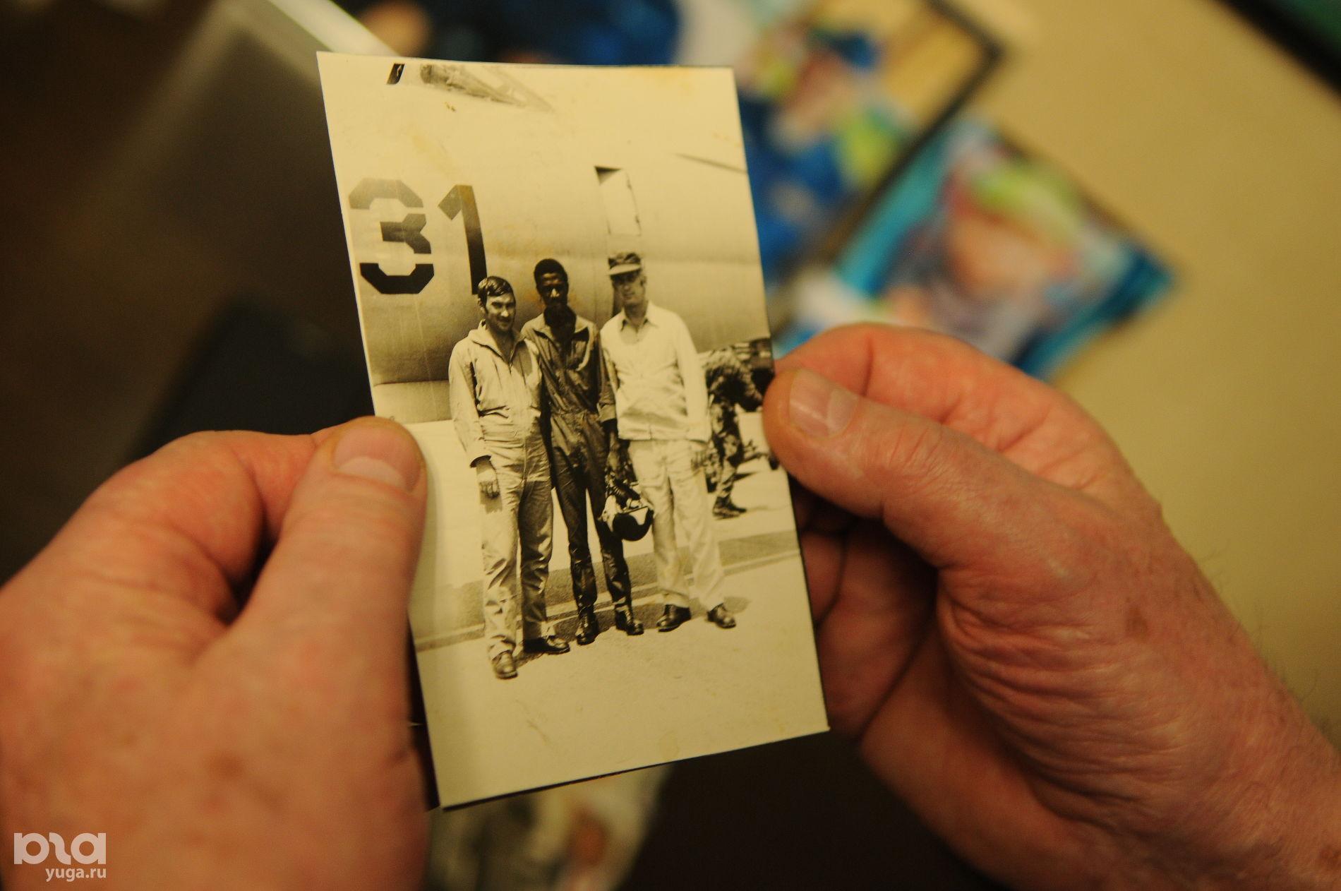 Николай Адонин (справа) с сослуживцами в Анголе ©Фото Юга.ру