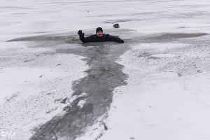учения по оказанию помощи людям, провалившимся под лед. В них приняли участие спасатели МКУ города Краснодара. ©Фото Юга.ру