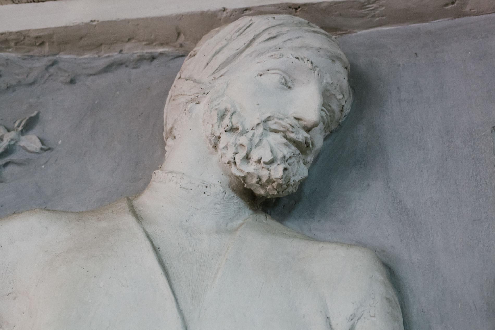 Фрагмент барельефа скульптора Аполлонова в Доме книги ©Фото Марии Малышевой, Юга.ру