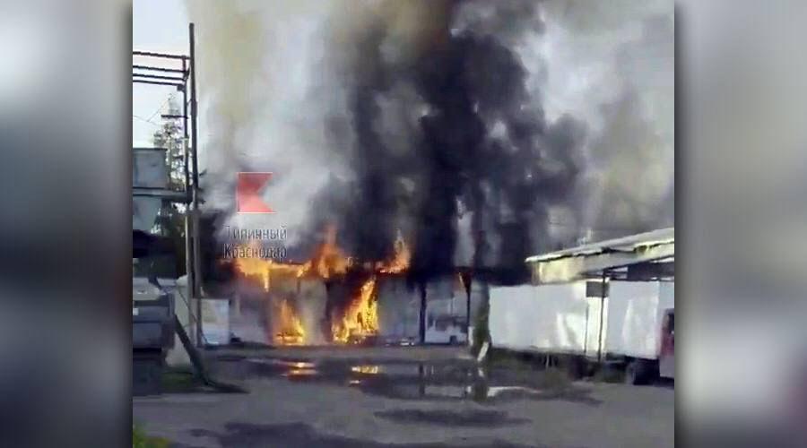 Стоп-кадр из видео пожара на складе в переулке Новый 6 мая 2021 года ©«Типичный Краснодар»