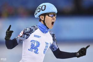 Виктор Ан завоевал две золотые и одну бронзовую медали в индивидуальных соревнованиях по шорт-треку, а также золото в командной эстафете  ©РИА Новости