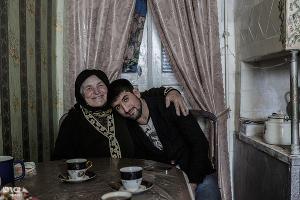 Расул Мерзоев со своей бабушкой в родном селе в Дагестане ©Фото Юга.ру
